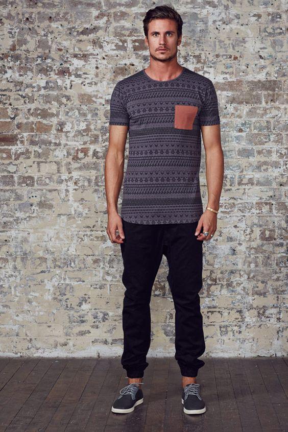 Calça Jogger preta e camiseta étnica