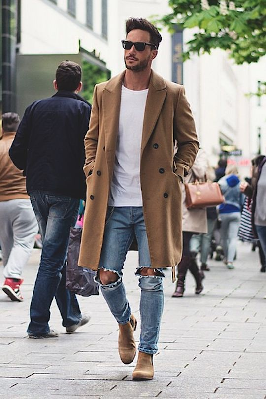 Chelsea boots com destroyed jeans e trench coat