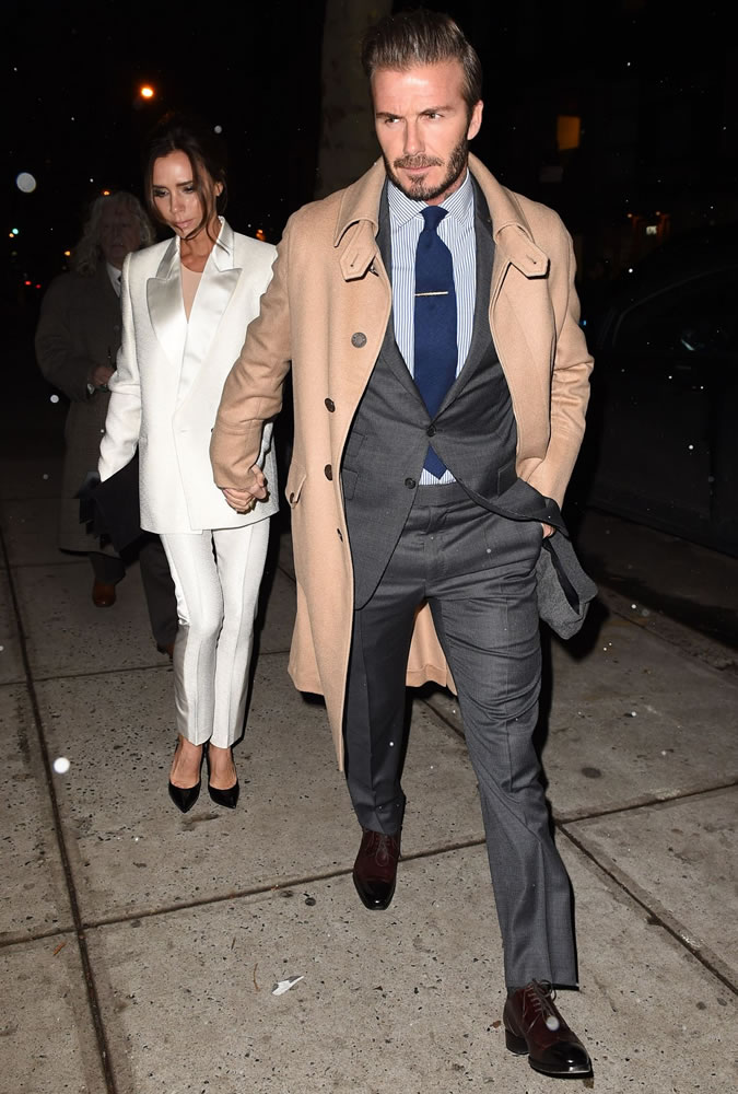 David Beckahm de costume e trench coat por cima