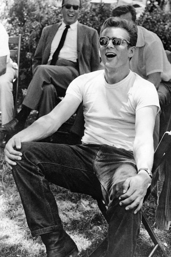 James-Dean-com-jeans-e-camiseta-branca