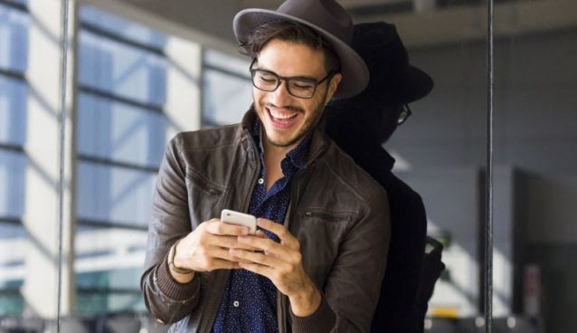 Homem smartphone estiloso