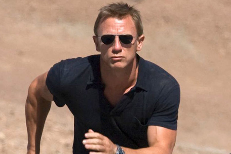 James Bond de camisa polo
